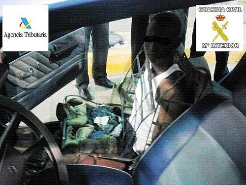 رجل حول نفسه الى كرسي سيارة ليجتاز الحدود الاسبانية … لكن الشرطة اكتشفته