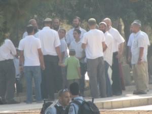 عاجل : مستوطنون يؤدون طقوسا تلمودية في باحة قبة الرحمة بالأقصى