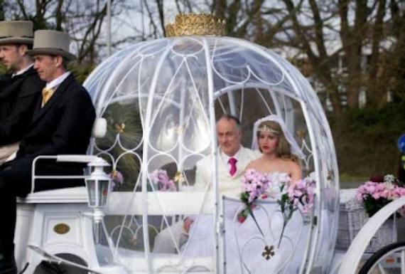 رجل يتزوج من دمية بلاستيكية