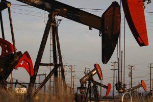 النفط يستقر قرب أدنى مستوى في شهور