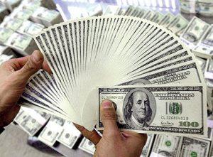الدولار يهبط لادنى مستوى منذ 4 شهور