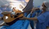 عزف الموسيقى أثناء خضوعه لعملية جراحية في الدماغ