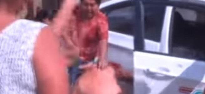 """سيدات يهجمن على رجلاً بعد محاولته الاعتداء جنسي على طفلة  """" فيديو"""""""